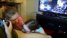 Se Joaca Pe Xbox Iar Doua Pizde Ii Sug Pula Si Coaiele