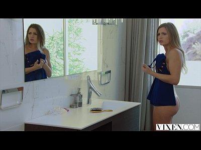 O Filmeaza Pe Chiriasa Lui In Ipostaze Intime Si O Santajeaza Sa Faca Sex