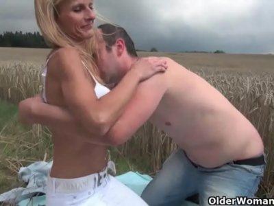 Blonda Romanca Pleaca De La Capsuni Cu Un Barbat Pe Camp S-O Futa