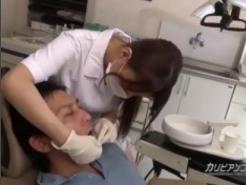 Sa Dus La Dentist Sa Isi Faca Dintii, Iar Asistenta De Acolo Ii Pune Mana Pe Pula