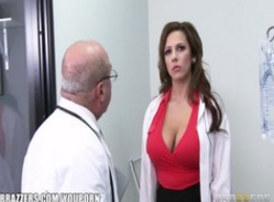 Doctorul Iese Din Operatie Si Isi Pune Asistenta Sa-L Suga In Birou