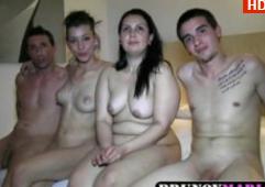 Se Filmeaza In 4 Cand Fut Alte 2 Femei, Prieteni De Familie Fericiti
