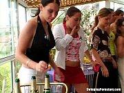 Mai Multe Curve Se Imbata Si Se Fut In Public La Terasa Unui Restaurant