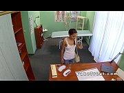 Tanara Se Duce La Medicu De Familie Care O Fute In Birou