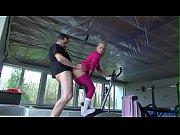 Blonda Fututa Pe Bicicleta Intr-O Sala De Fitness