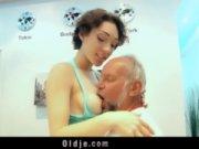 Bunicul Isi Linge Nepoata Cu Pofta In Pizda Apoi O Fute Si El Cum Poate