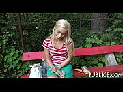 Blonda Agatata Intr-Un Parc Si Fututa Pe Canapea