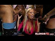 Blonda Vine La Un Magazin De Jucarii Erotice Sa Isi Cumpere Ceva Dar Da Peste 5 Negri Care O Linisteste Imediat De Pula